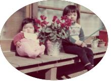 植木鉢にもたれかかった瞬間兄と一緒に。